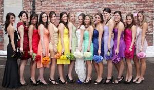 a8cab285961 Nový trend různobarevných šatů pro družičky